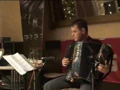 Schmelzle bricht den Weltrekord im Dauer-Akkordeon spielen