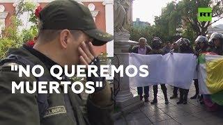 Bolivia: Policías abogan por la paz con lágrimas en los ojos