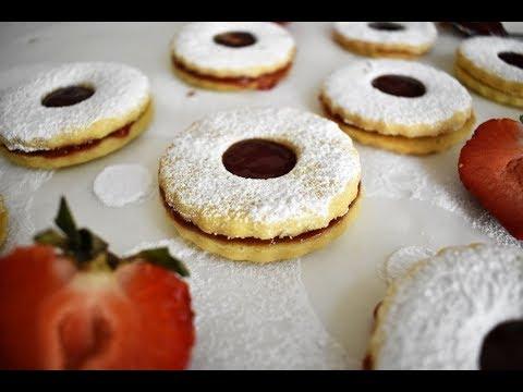 french-sable-cookies-with-strawberry-jam-(sablés-à-la-confiture)-recipe