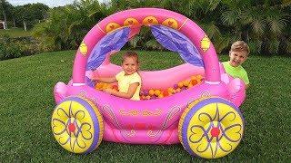 ديانا تتظاهر باللعب بلعبة عربة الأميرة القابلة للنفخ