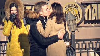 ПИКАП: ПАРЕНЬ ЦЕЛУЕТ НЕЗНАКОМЫХ ДЕВУШЕК #1/ Guy kisses unfamiliar girls