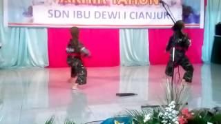 Demo karate pada acara Pentas Kreasi dan Seni SD IBU DEWI I Cianjur(Azka dan Caca)