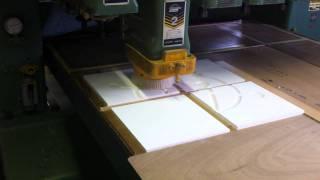 レリーフの切削動画。 イラレでもらったデータをもとに、製作。 [流れ] ...