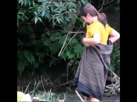 Ngintip cewek cantk mandi di sungai broe..