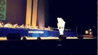 佐渡島の大正琴チームの演奏をバックにチャンキー松本の紙切りショー.