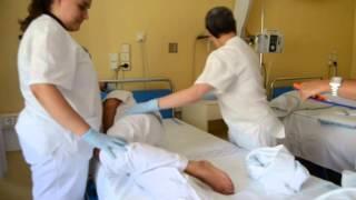 Cómo lavar y cambiar las sabanas a un paciente encamado