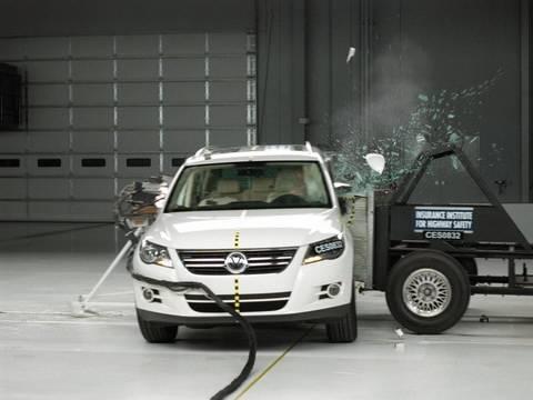 2009 Volkswagen Tiguan side IIHS crash test