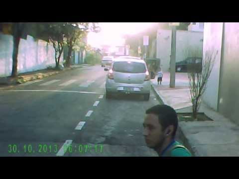 Видео Estacionamento trasporte escolar patio da escola