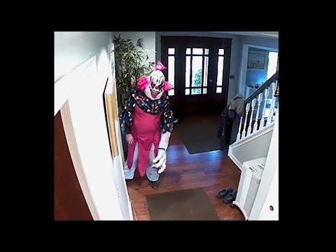 гигантский страшный клоун проник в наш дом..