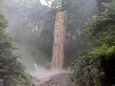 bahaya di bawah air terjun tawangmangu saat banjir