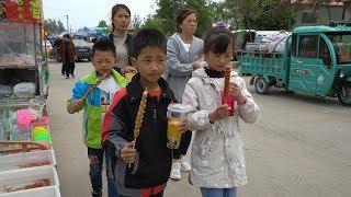 农村孩子过周末,妈妈陪着逛古会吃喝玩乐,花几十块钱就能乐开怀