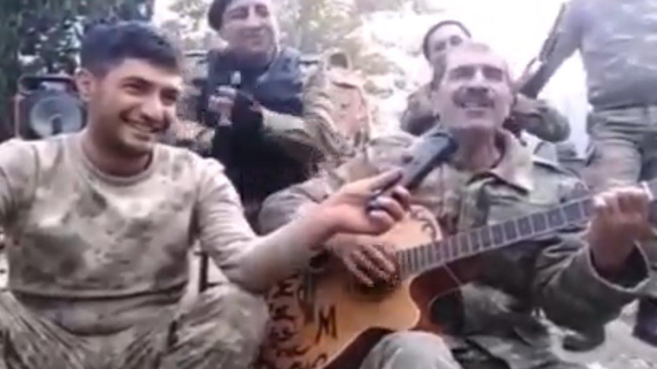 Азербайджанские солдаты веселятся во время карабахской войны
