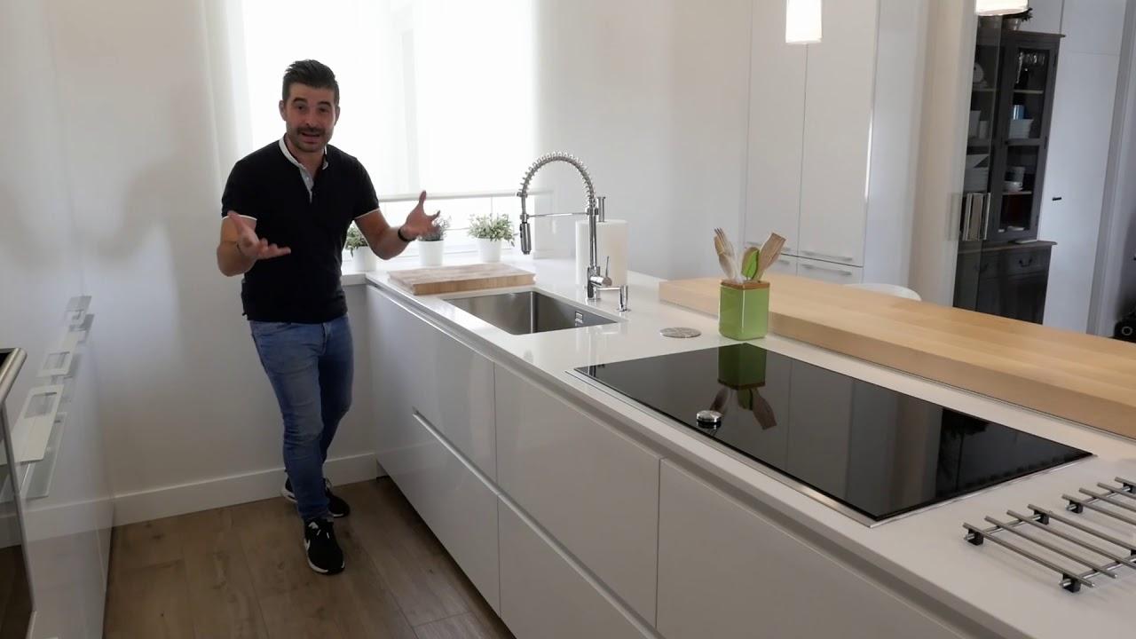 Cocina con isla blanca y barra en madera moderna SANTOS - YouTube