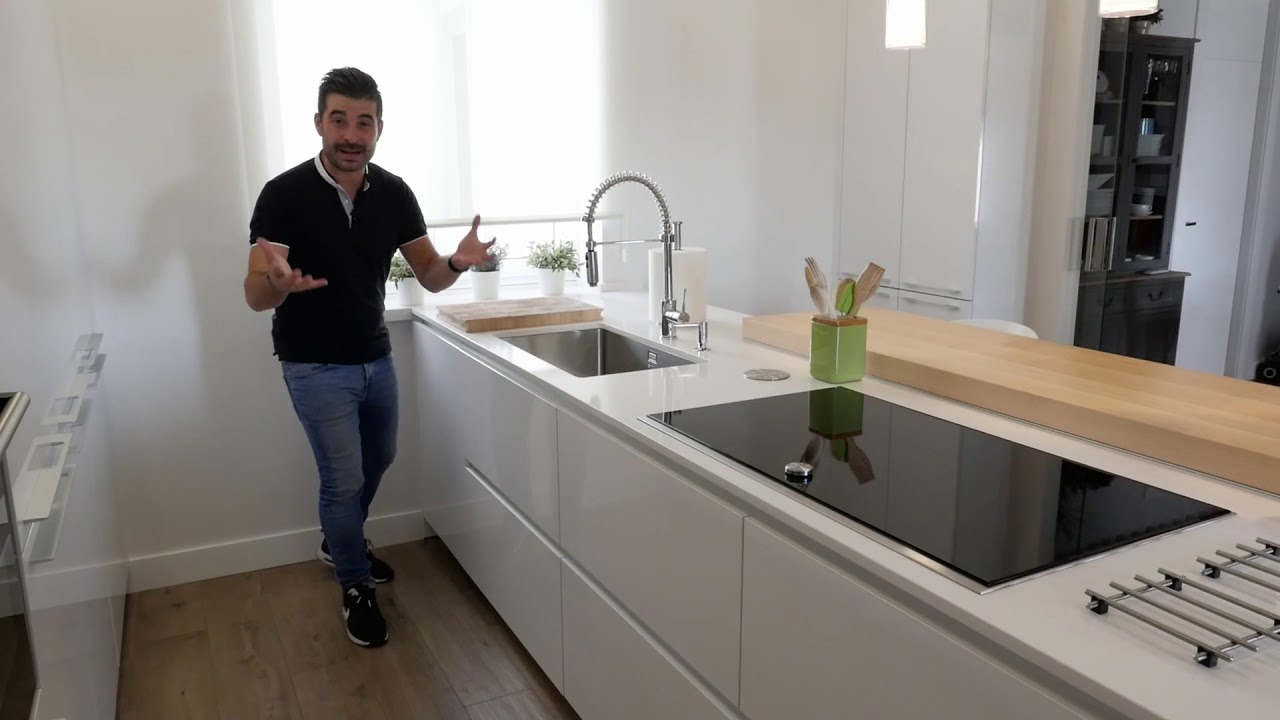 Cocina con isla blanca y barra en madera moderna santos for Cocinas integrales modernas con barra