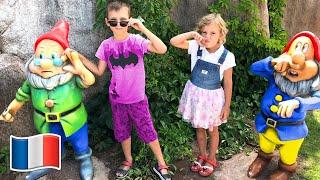 Cinq Enfants jouent avec un miroir magique