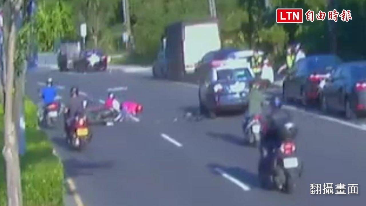 老翁騎車闖紅燈被攔查 後方3輛機車煞不及連環撞 2受傷