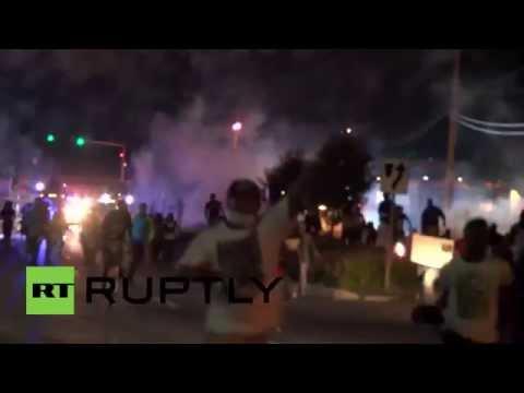 USA: Tear gas fired in latest Ferguson clashes