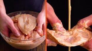 折疊20片雞胸肉,並將它們串進長竹籤裡。 thumbnail