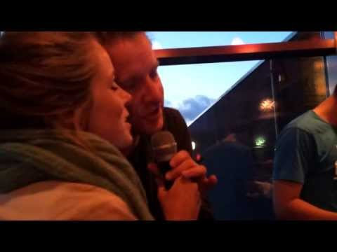 """Joyce en Wilbert doen """"Afscheid nemen bestaat niet"""" karaoke"""