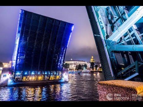 Проход канатоходца между пролетами Дворцового моста