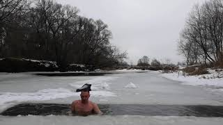 Закаливание моржевание плавание в ледяной воде.Hardening of winter swimmin swimming in the icy water