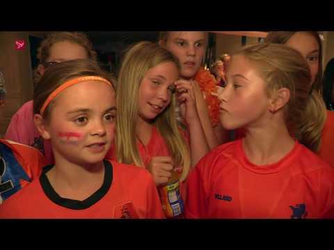 Jonge Oranjefans zien Leeuwinnen winnen