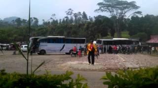 Penarikan bus eagle high yg terperosok ke selokan