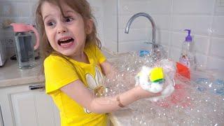 Ева играет с новыми игрушками и показывает Правила поведения для детей