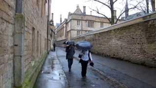 3.OxfordInside. Дождливое утро Оксфорда. Люди идут на работу. Oxford University.