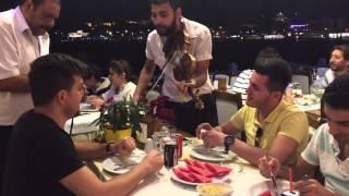Galata köprüsünde bir aksam yemeği dostlarla