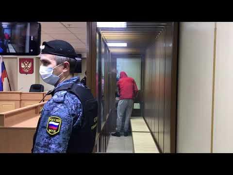 Подозреваемого в убийстве Насти Муравьевой заводят в зал суда