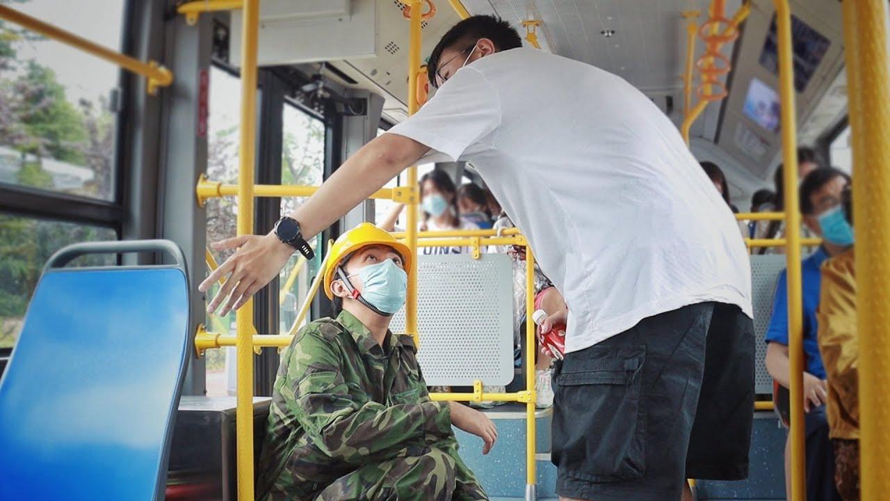 Peasant Worker Squats on Bus to Avoid Dirtying Seat | Social Experiment 看到农民工怕弄脏座位而蹲坐在公交车上,有人将他扶了起来