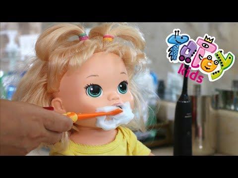 La Muñeca Baby Alive Sara comiendo muchas Golosinas🍬🍭🍫y cepillando sus Dientecitos!!! Totoykids