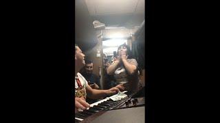 Сакит Самедов небольшой концерт в вагоне поезда.