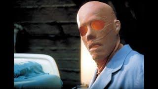 Себастьяну Кейну вводят Сыворотку Невидимости.   Невидимка 2000