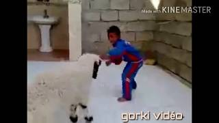 Vidéo drôle d'un enfant se faisant attaquer par un mouton animaux drôle 2019
