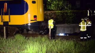 Ruwe beelden: Twee doden bij aanrijding scooter trein Geleen 4-5-2015