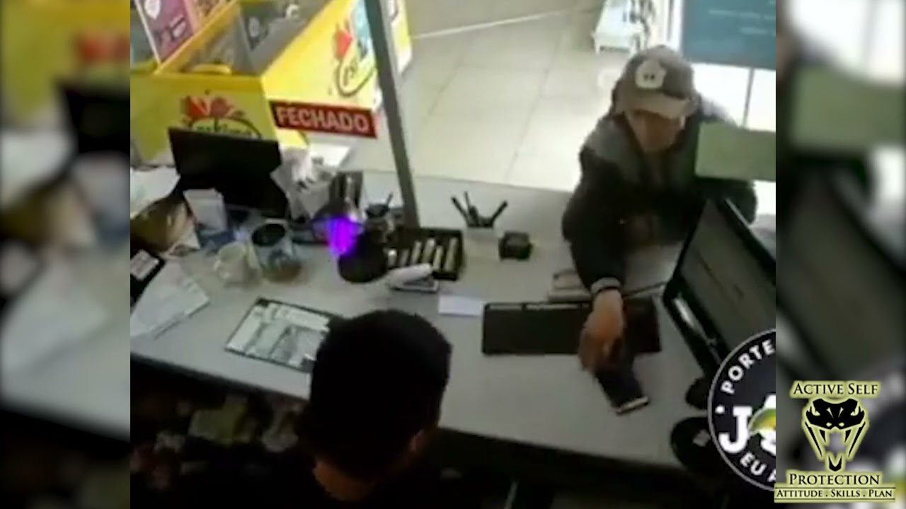 Brazilian Clerk Takes The Opportunity To Counter-Ambush