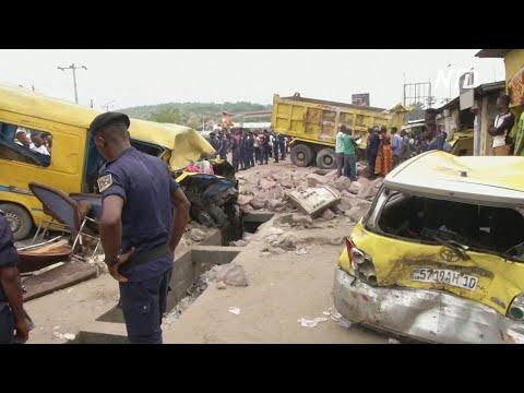 Страшное ДТП в Киншасе: грузовик со стройматериалами протаранил маршрутки
