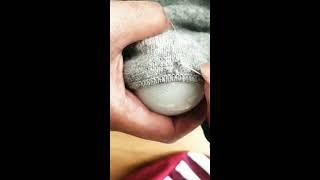 Voici ma méthode pour repriser un pull ! Du fil coordonnée une aiguille un ciseau et une ampoule !