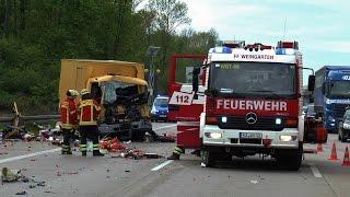A5: SCHWERER CRASH MIT 3 LKW [GROSSEINSATZ FF + BF] 2 Schwerverletzte + Trümmerfeld