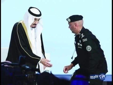 4158dab51 صورة للملك سلمان يتناول خاتمه من حارسه الشخصي. حديث الساعة