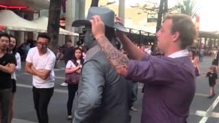 Estatua humana golpea a un hombre molestoso.