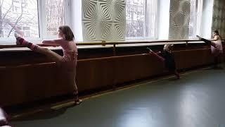 Балет. Растяжка на станке для детей 2.2
