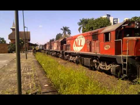 Trem passando na estação ferroviária de Joinville // Train passing by Joinville station