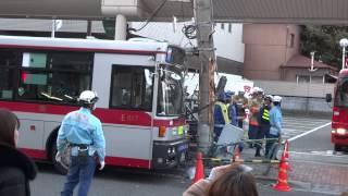 東急バスが電柱に激突!
