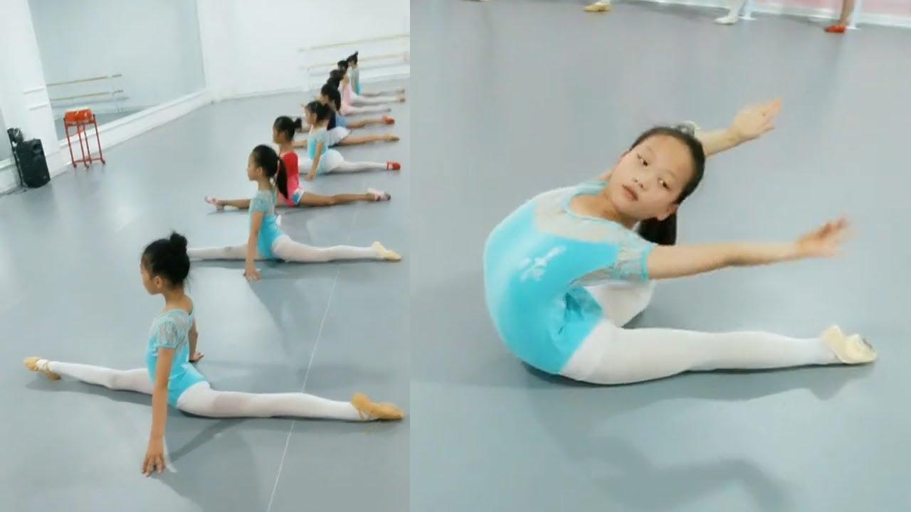 一大早我們勤奮的小天使就過來了,進行一天的訓練,你們是我的驕傲。開個腿,壓個腿,一天就過去了哈哈。舞蹈教室的日常#强制拉伸 #flexibility stretching