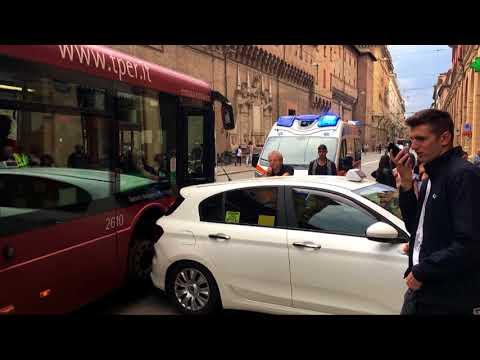 BOLOGNA: Autista del bus colto da malore trascina un taxi | VIDEO