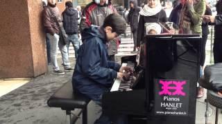 大道芸人のピアノで通りすがりの子供が飛び入り参加 thumbnail