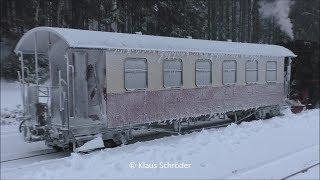 Vereister Waggon der Brockenbahn wird abgeschleppt